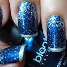 unhas azul decoradas com flocos de neve prata para o Natal
