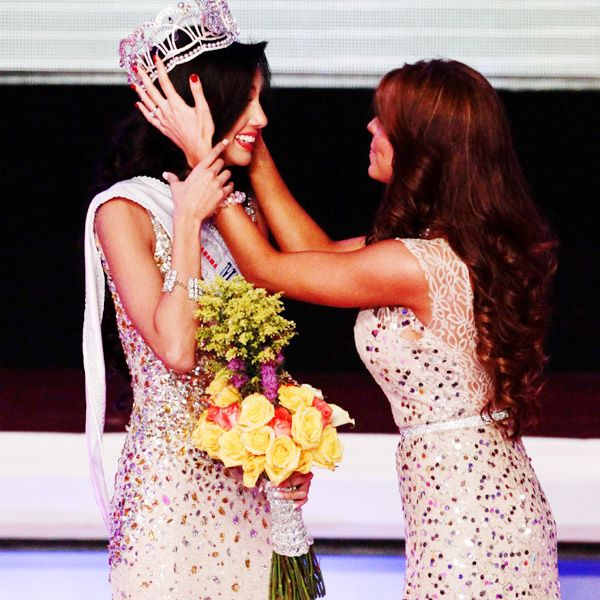 Beauty contestant Carolina Brid (L) is crowned Miss Panama 2013 by Miss Panama 2012 Stephanie Vander, in Panama City, on April 30, 2013.