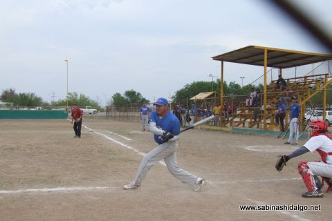 Jesús Cantú de Rayos en el softbol sabatino