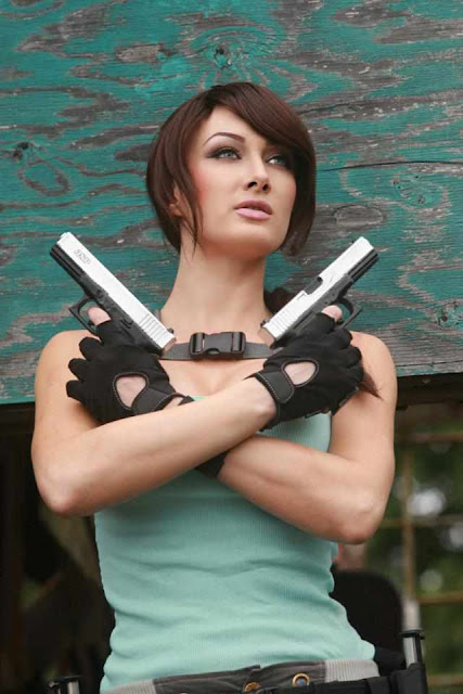 Lara Croft Cosplay Girl Illyne