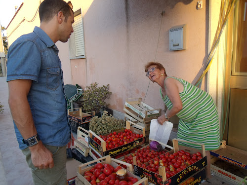 shopping for tomatoes en route to San Vito Lo Capo
