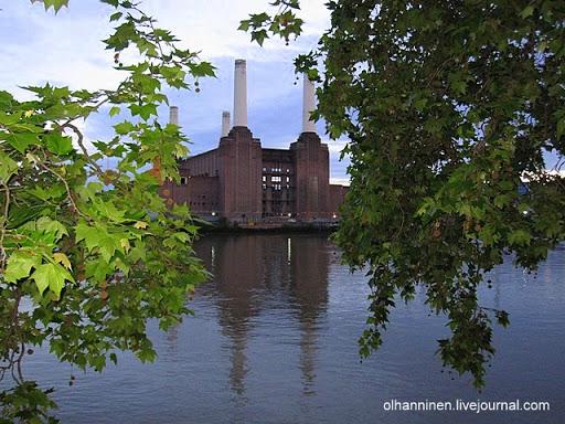 Отражение в Темзе знаменитой электростанции, построенной в стиле арт-деко