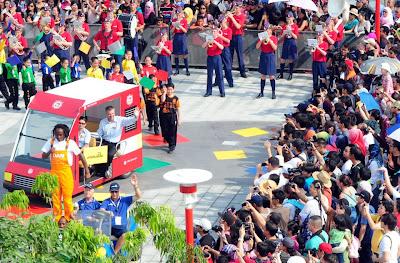 General Manager Legoland Malaysia melambai tangan di majlis perasmian