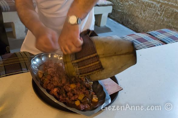 Kapadokya'da Avanos'taki Uranos Restoran'da Çömlek Kebabının testiden boşaltılması