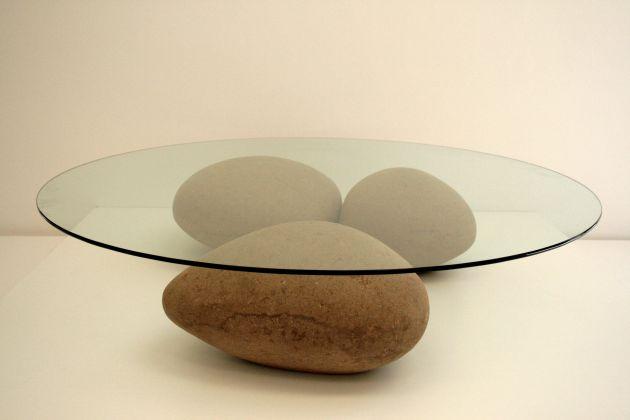 Маса с камъни от хартия