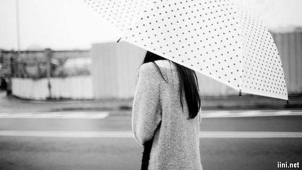ảnh cô gái cầm ô dù quay đi