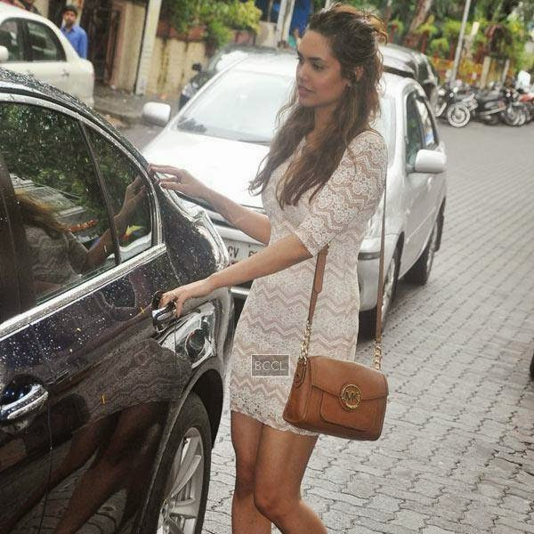 Jannat 2 actress Esha Gupta snapped at Bandra, in Mumbai on July 11, 2014.(Pic: Viral Bhayani)