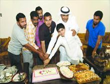 سعودي يقيم حفلة وداع لسائقه الخاص
