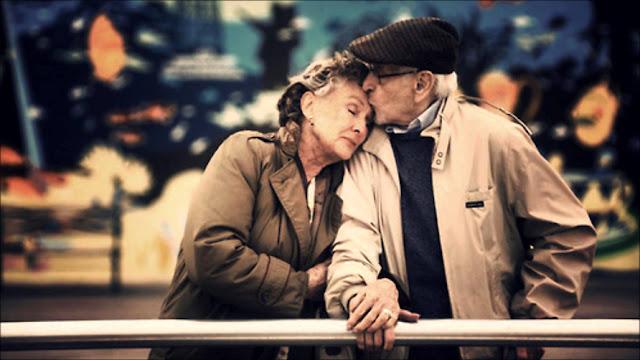 Ảnh vợ chồng già hôn nhau