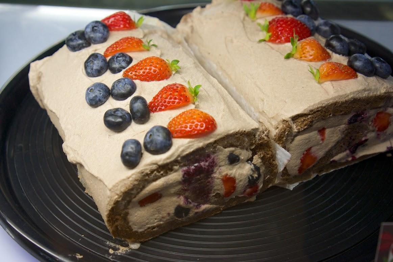ベリーココアロールケーキ