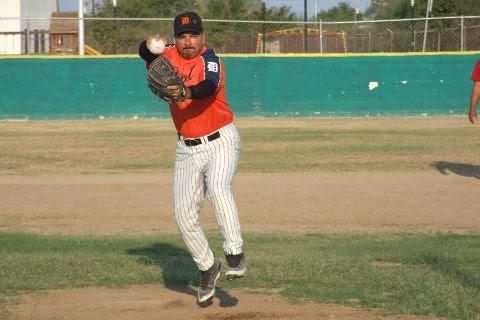 Amaniel Sánchez de Maypa Trucking en el softbol sabatino
