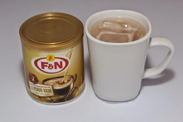 air cokelat dibancuh dengan susu pekat manis f&n
