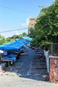 Kastamonu Kalesi'ne çıkan merdivenler ve satıcılar
