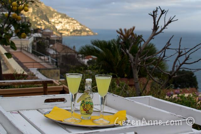 Positano'da Villa Yiara'da ikram edilen limoncello, denize karşı
