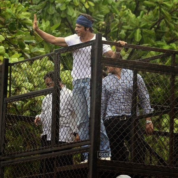 Shah Rukh Khan greets his fans on the occasion of Eid-ul-Fitr, outside his residence Mannat, on July 29, 2014.(Pic: Viral Bhayani)