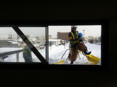 ホームの屋根で雪下ろし