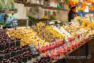 La Boqueria pazarında mantar ve meyve tezgahları, Barselona