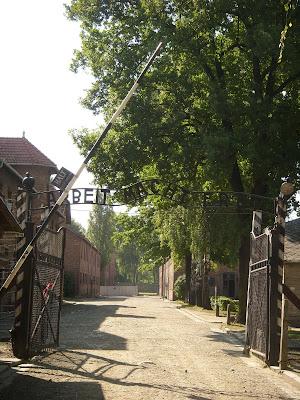 収容所の門