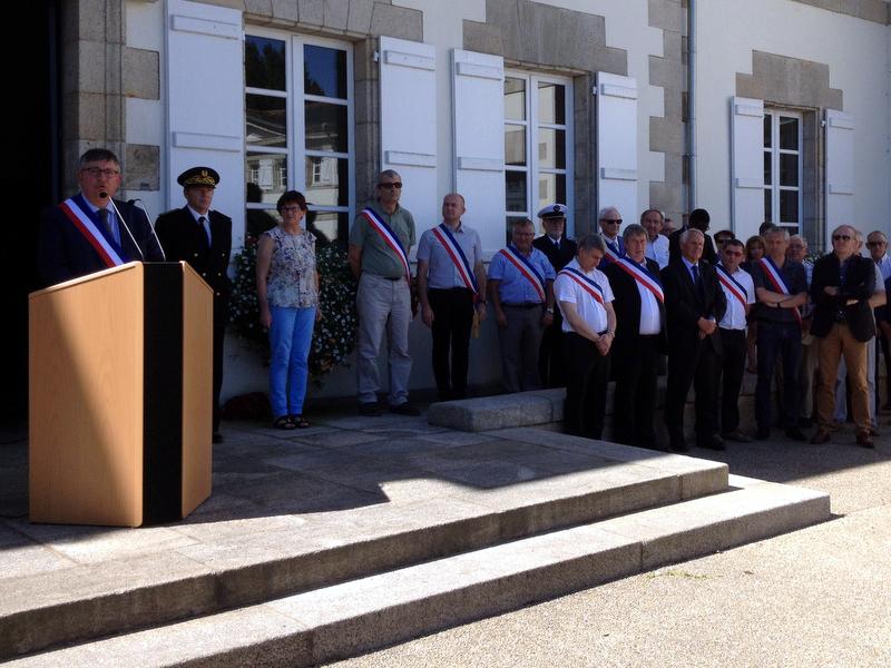 Minute de silence en hommage aux victimes de l'attentat de Nice dans la cour de la mairie-sous-préfecture de Pontivy le 18 juillet 2016