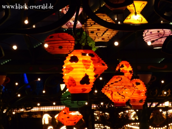 Mad Hatter's Teacups bei Nacht