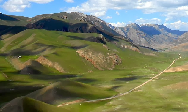Weg durchs Korgo-Tal