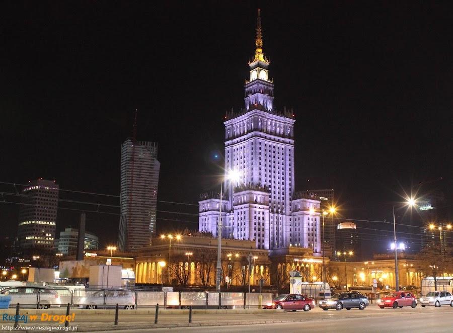 Pałac Kultury i Nauki w Warszawie nocą