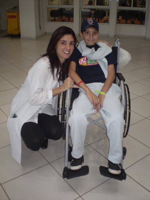 Vitor com a Dra. Lied após a cirurgia para fazer a radioterapia
