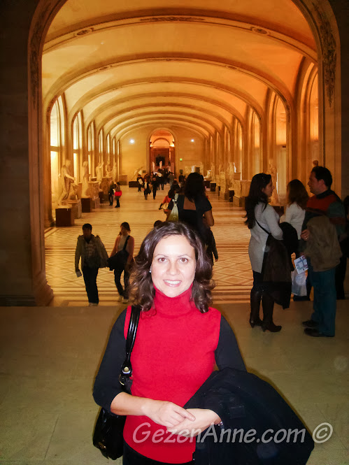 Louvre müzesinde dolaşırken, Paris