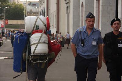 Transporte de petates a la estación de Kursk (2011)