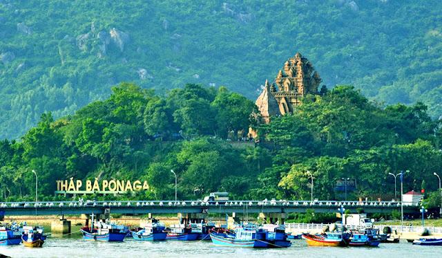 Tháp bà Ponagar nhìn từ cầu Trần Phú