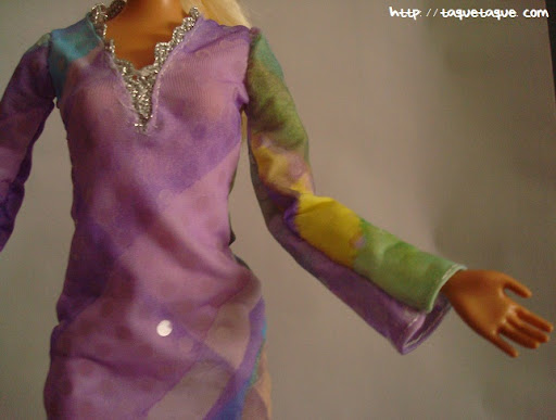 Diseños OOAK DIY by Taque-Taque para Barbie Fashionista: detalle del escote y las mangas acampanadas