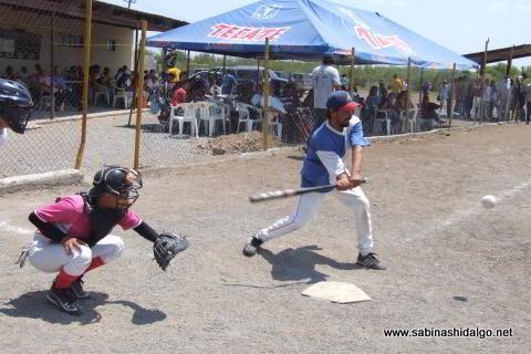Ramón Leopoldo Alba bateando por Albures A en el softbol del Club Sertoma