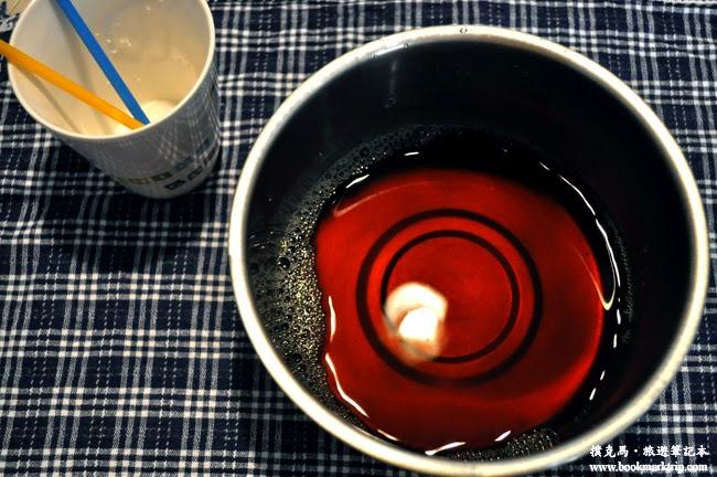 古早味紅茶倒入鍋子