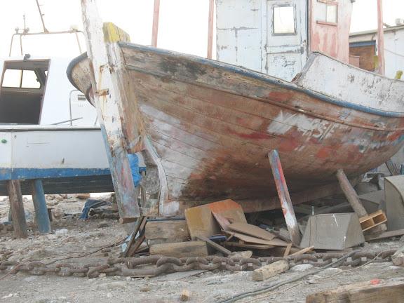 Barco de pesca en el astillero de Koufunissi