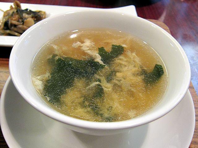 定食に付け合せの中華スープはワカメとタマゴ