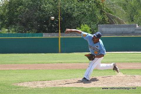 Santos Rodríguez lanzando por Cerveceros en el beisbol municipal