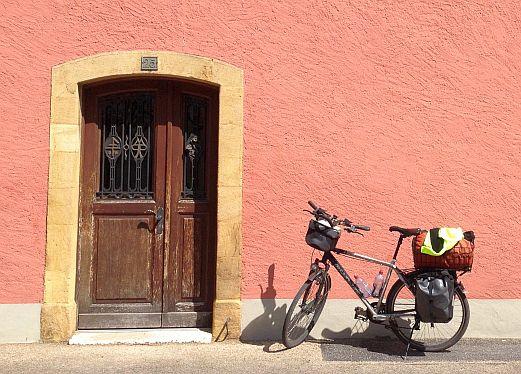 Schweiz: Fahrrad vor restaurierter Hausfassade in Le Landeron am Bielersee