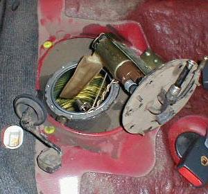 Крышка с насосом и арматурой указателя уровня топлива