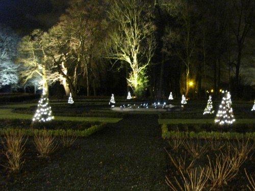 Ook het park is mooi versierd en verlicht.