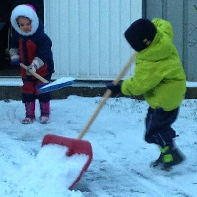 Kinder helfen beim Schneeräumen
