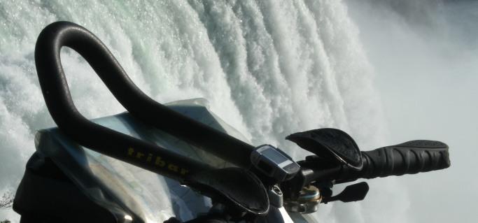 Fahrrad-Lenker mit Triathlon-Aufsatz vor Niagara-Fällen