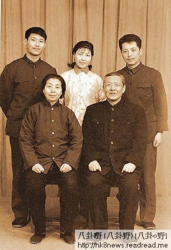 文革期間,習仲勛(前排右)與妻子齊心(前排左)一家合照。後排左起︰習近平、習安安、吳龍。(網上圖片)
