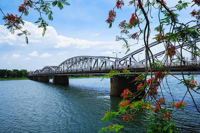 Chùm thơ xứ Huế với từ ngữ địa phương quen thuộc