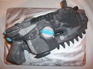 "A ""Gears of War"" Lancer cake - a geeky themed cake of a chainsaw-gun"