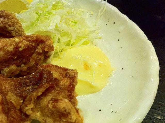 皿の脇に盛られたマヨネーズ