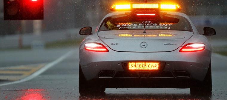 Safety car de la F1 bajo la lluvia, coche de seguridad