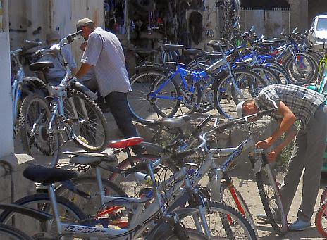 Fahrrad-Händler im Bazar von Osch, Kirgistan