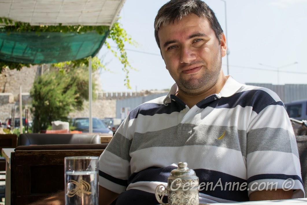 Bozcaada, Otel Kaikias'ın kafesinde kahve içerken
