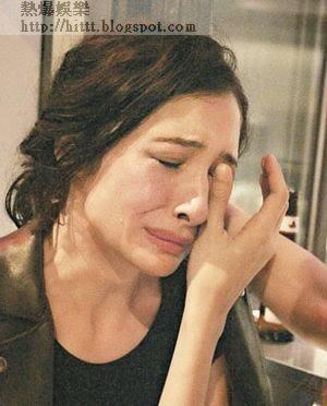 痛哭<br>剛甩拖的Alice被前男友跟蹤,她約好友訴苦時激動落淚。