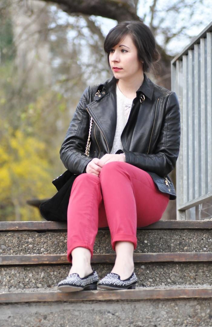 outfit rote hose spitzenpulli lederjacke. Black Bedroom Furniture Sets. Home Design Ideas